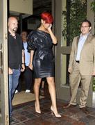th_14539_RihannaleavingAGOrestaurantinLA19.7.2010_13_122_208lo.jpg