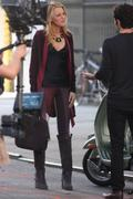 http://img259.imagevenue.com/loc562/th_320954904_Blake_Lively_Penn_Badgley_on_set_of_GG18_122_562lo.jpg